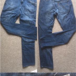 Super fede Levis Engineered baggy  jeans.  Størrelsen hedder 14, og passer også en xs.   Prisen er (oftest) vejledende - bud er velkommen Mængderabat kan gives Afhentning foregår i Valby, nær Ålholm st. - vi kan muligvis mødes i KBH område, efter aftale.  Ved forsendelse betaler køber fragt, fra 37kr med DAO