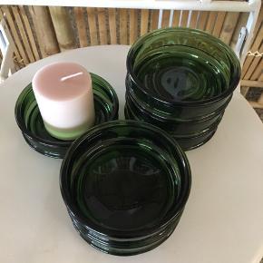 Mørkegrønne NISSEN Denmark retro glas skåle Har 6 stk😀 Alle i pæn stand. Kan stables. Prisen er pr. Stk 20 kr