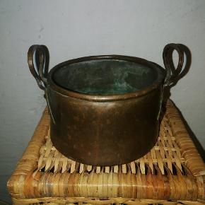 Antik krukke i kobber med hanke. Ca. 20 cm. i diameter. Fremstår med Patina pga. alder. Rigtig fin, som eksempelvis urtepotteskjuler til en plante.