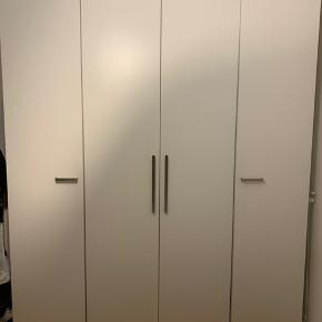 Tre IKEA Pax klædeskabe sat sammen til ét. 50 + 100 + 50 cm i bredden. Inkl al indretning på billederne, minus bøjler og indhold. Aldrig flyttet.   3 skabe 16 hylder 4 trådkurv skuffer 2 bøjlestænger