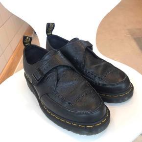 NEDSAT PRIS. DR. Martens lædersko. Passer ikke min fod. Skoen befinder sig i Århus!