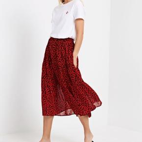 Virkelig fin nederdel, der forsat fremstår som ny. Lavet af 100% genanvendt polyester. Der er elastik i livet, og den kan derfor anvendes af flere størrelser.