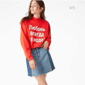 """Så fed baggy sweatshirt 🎈 Rød med hvid skrift på russisk, der betyder """"Love is never out of fashion"""" 💘 Dette står også med småt i nakken.  Fejler intet. Er brugt og vasket to sølle gange. Får den bare ikke brugt, så nu skal den videre  Se flere billeder i kommentarfeltet 📷"""