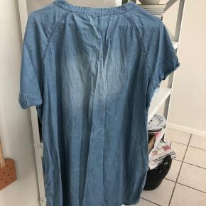 All time god tunika/skjorte/kjole med slidt look. Kan bruges af s-m Hvis du er vild med denim, se også mine andre denim kjoler   Tager ikke foto med tøj på
