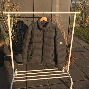 Moncler Montgenevre jakke Str 5 (L/XL) Cond: 8+ Mindste pris: 3500 (sindsyg pris) Ny pris 1350€