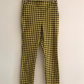 Helt nye flotte Ganni look bukser.  Nypris 400kr. Str. Small. Lynlås i siden, stretch i stoffet.