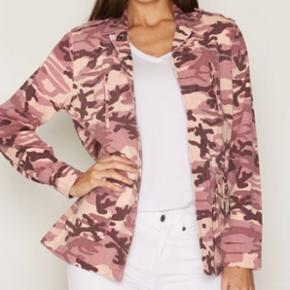 Sælger denne super lækre jakke, da den ligger og fylder. Der er stadig prismærke på, hvilket vil sige at den aldrig er brugt. 🌸 Str xs, men jeg vil mene at den også sagtens kan passe en small! Np: 449,-  Mp: Byd