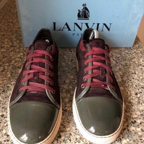 """Lanvin suede cap toe sneaker i bordeaux med grå spids sælges! Størrelse 42, men fitter lidt større, omkring 43-43.5 Rigtig lækker stand. Skoene sælges som """"shoes only"""", derfor den lave pris."""