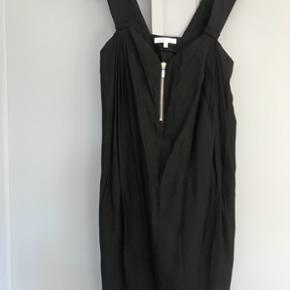 """Rigtig fin kjole fra See By Chloé i str.42( Ital). Ca.36/38. Sort, knælang med fin lynlåsdetalje foran og bindebånd bagpå """"hængende"""" fra skuldrene."""