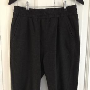Lækre bukser i uld. Afslappet, baggy stil. Passes også af medium (jeg er 1.74)