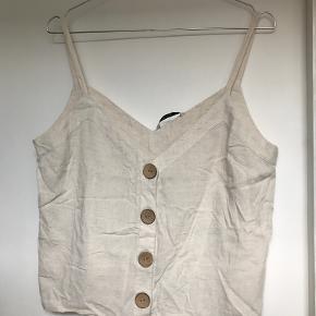 Fin sommertop fra Zara.   Kan afhentes i København K eller sendes gennem handel på Trendsales 🌸  Se også mine andre annoncer  🌸
