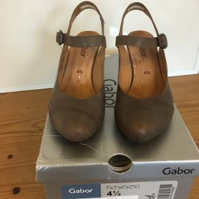 Mærke: Gabor Style: 82307 Størrelse: 37 Farve: grå brun Materiale: Læder Sko/Sandal: lukket snude og åben bagtil. Hæl 8 cm Stand: brugt, men i pæn stand  Nypris 800 kr Sælges kr 225  Bytter ikke Sætter pris på tilfredse købere