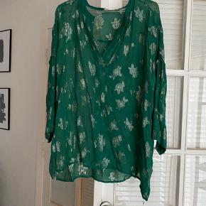 Smukkeste skjorte bluse med de fineste detaljer.