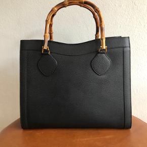 Jeg er igang med en stor oprydning i min taskesamling, da jeg sparer sammen til noget nyt. Mærker som Balenciaga - Chanel - Proenza Schouler - Gucci og Karl Lagerfeld 🌟  Ingen bytte.  Fast pris - bud under prisen samt spørgsmål om mp ignoreres.  Tasken kan afhentes på Nørrebro eller sendes på købers regning. Jeg handler via mobilepay - ikke kontant.  •••••••  Stor, sort vintage Gucci taske i kraftig læder med bamboo håndtag.  Udvendig fremstår den i rigtig fin stand. Indvendig er det originale for fjernet. Dette skyldes, at foret var blevet klistret, som desværre er kendetegn ved mange vintage Gucci-tasker. Mærke med serie nr. er dog fortsat inden i tasken.  Måler ca. 35x30x11 cm og remmene 43 cm.