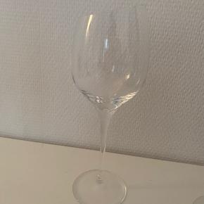 100 kr pr. stk.  Rødvinsglas fra Eva solo. Sælges gerne som samlet eller i par. Ét af glassene gives med ved køb af alle, da der er skår i foden (se billedet).