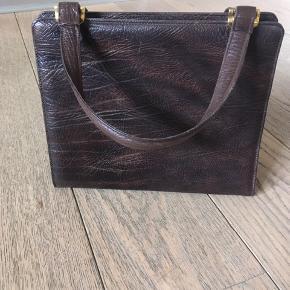 Super flot vintage taske i brun læder. Tasken har tre rum.  Mål: 26*23*10 cm