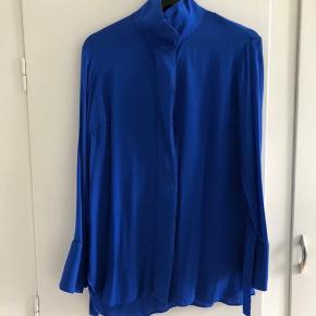 Smukkeste blå silke skjorte fra BM  Brugt et par gange. Fremstår som ny.