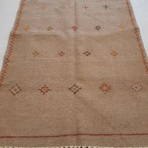 Vævet og broderet håndlavet tæppe. Måler 260x160 cm. Sendes med GLS, køber betaler porto.