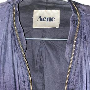 Acne jakke, den er brugt og har nogle huller i den ene arm. Men udover det fremstår den fin