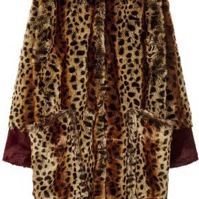 Flot fake fur jakke i leopard print fra Lolly's Laundry. Jakken har kontrast farvet manchet i bordeaux, rund hals, lukkes med trykknapper og 2 oversize  front lommer. Jakken er pæn og i velholdt stand. Mp. 550kr. Plus porto. Handler gerne med mobilepay.
