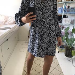 Super sød blomstret kjole fra H&M. Kun brugt få gange og ingen tegn på slid. Det er en str. 34 men den passer også 36 og måske en lille 38. Jeg er selv 175 og bruger 36/38.  Byd gerne:) Tags: Ganni, Zara, Weekday, Mango, Pieces, Gestuz