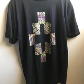 Marcelo Burlon staff tee  Sælger denne T-shirt fra Marcelo Burlon. Denne model er udgået og fås ikke mere.  Størrelse S, men fitter som en M.  Alt OG haves udover kvittering.  Nypris: 1500 DKK MP: 700kr