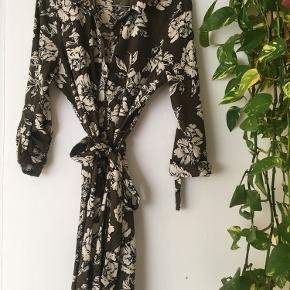 Flot slå om kjole i mønster