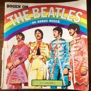 Beatles and Their music ikonisk bog Har løse blade og flænge i ryg. Beatles bog
