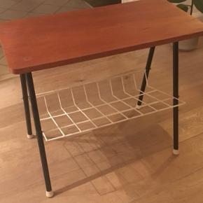 Fint lille retro bord med træplade og hylde til aviser el lign.