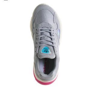 Så fede Adidas Falcon sneakers i lys grå med lidt iridescent detaljer. Special edition. Købt i London. Nypris 899. Aldrig brugt da det desværre var den forkerte størrelse.