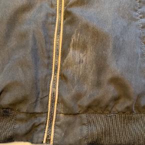 En lækker sommerjakke fra Zara, blevet brugt et par gange - kan også ses på jakken, som er lidt slidt  Husk og tjek min profil, for andet tøj