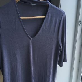 Bluse med 3/4 ærmer. Brugt 1 gang. Der er lidt glimmer i stoffet 😄 —— Afhentes i Aalborg C eller sendes på købers regning 😄 ——