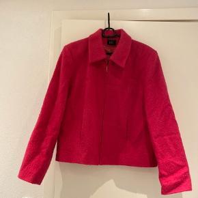 Rigtig fin jakke i 40% uld. Mærket str. 42- men passes fin af str. s-m- lille large🌷