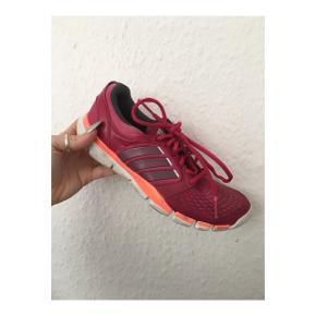 Lyserøde Adidas sko i størrelse 37 1/3.