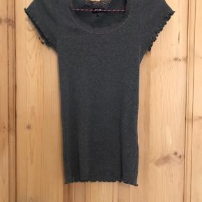 Jeg sælger disse grå og sorte t-shirts fra Magasin i str xs.  Den grå er aldrig brugt. Den sorte er brugt.  30kr pr. stk.  • Kan hentes i Århus C  • Sendes med DAO - køber betaler • Tager imod MobilePay og kontant