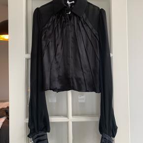 Smukkeste Ole Yde silkeskjorte. Aldrig brugt med prismærke ( nypris 4500). Passer en 34