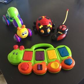 Tre dele legetøj sælges samlet. Larven trykkes ned på ryggen og så kører den. Kålormen har knapper som skal trykkes/drejes og så åbner klappen. Med lys og lyd. Fjernstyret mariehøne med lys og lyd og blinker med øjnene.  Alt virker perfekt, fin stand minimale brugsspor. Fra Play 2 Learn og Top Toy. Batterier medfølger ikke. Samlet pris 150kr