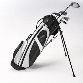 Nyt GS01 Golfsættet til begynderen, som gerne vil godt fra start.  Sættet inkludere 1 driver, 3 jern i størrelse #5 og 7# samt et sand wedge og en putter. Alt sammen i en praktisk golftaske, der nemt kan tages med over skulderen.