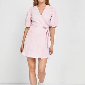 Flotteste lyserøde kjole fra Envii. Kun brugt et par få gange og fremstår helt som ny.