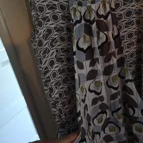 Virkelig lækker kjole i tyndt stof som sidder godt pga snittet