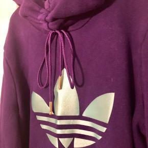 Super lækker lang hoodie, hættetrøje.. kan bruges som jakke  Passer xs/s  Vasket men aldrig brugt. Ikke ryger hjem  Np 1200 kr