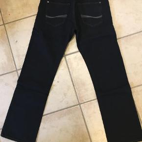 """Varetype: Jeans Størrelse: 34/34"""" Farve: Denim Oprindelig købspris: 900 kr.  Super fede jeans i model Goodwin, farve 9010 Dark. Stadig med mærke :) Str.34/34! Ved ts handel kommer gebyrer oveni :)"""