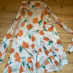Smuk slå-om nederdel fra ganni i populært print. Kun brugt én gang og fremstår som ny. Passes af str 34-36. BYD gerne!