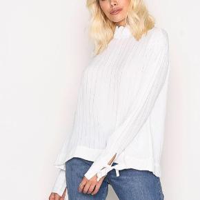Gratis fragt ved køb af over 100 kr i efterårsferien! 💌✉️  Lækker og fin bluse fra YAS med elegante detaljer. Aldrig brugt!   Se også mine andre annoncer 🍊