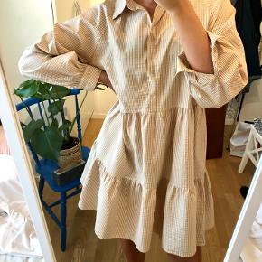 Sød kjole fra Boii Studios i one size i modellen Selma ✨   Pris er eksl fragt 🌸