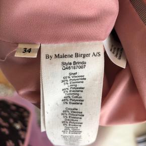 Smuk rosa blazer fra By Malene Birger i str. 33, men passer også str. 36 (jeg bruger selv str. 36/38). Slids på ærmerne. Nyrenset, men har svag antydning af brug på albuer (se foto).