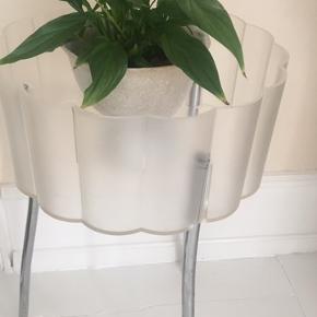 Flot planteholder i enkel stil. Lavet af hård plast og stål ben. Mål: 34 cm i diameter og 54 cm høj