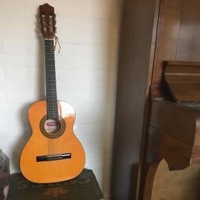 Guitar i børnestørrelseHar alle strenge og virker fint Har hængt indendørs i ikke-ryger hjem Np 1100