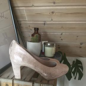 sælger disse smukke hæle kun brugt til galla!nypris: 550 kr str 39 køber betaler fragt 😜🌻