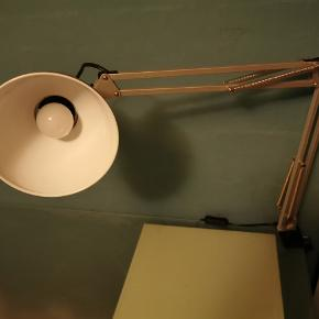 En skrivebordslampe i grå. Næsten som ny Ukendt Nypris Sælges for 200 men er åben for bud Kan kun sættes fat om kanten af skrivebordet (har ingen fod)